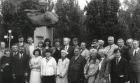 Запорізька обласна письменницька організація в день памяті Т.Г.Шевченка, к. 90-х років (Марина на фоні постаменту)